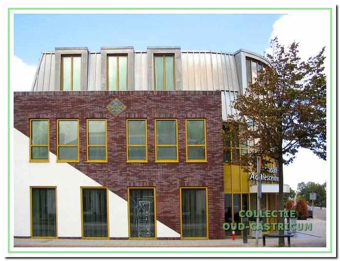 De laatste nieuwbouw op de hoek Dorpsstraat - Torenstraat, een (tweede) kantoor van de Rabobank, gerealiseerd in 2003. Van enige gelijkenis met de vroegere doorrijstal is nu geen sprake meer. Wel werden als herinnering twee tegeltableaus in de gevel ingemetseld. Deze tegeltableaus uit De Rustende Jager had de Werkgroep Oud-Castricum in bezit gekregen en bewaard.