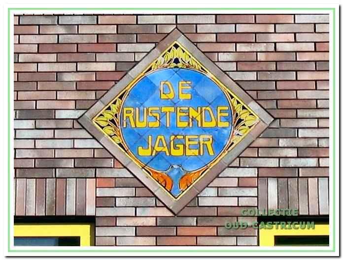Het tegeltableau met tekst van het voormalige hotel 'De Rustende Jager' in de gevel van het nieuwe pand van de Rabobank.