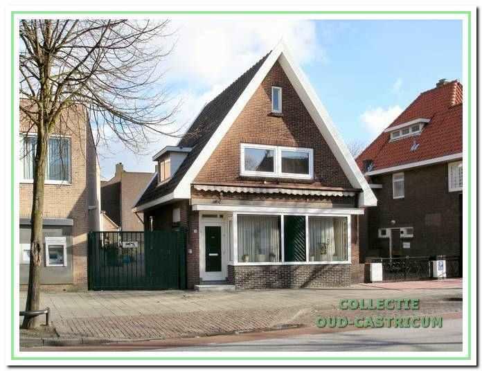 Foto van het pand van de familie Bos, Dorpsstraat 78, na de verbouwing, waarbij de voormalige winkel werd betrokken bij het woonhuis.