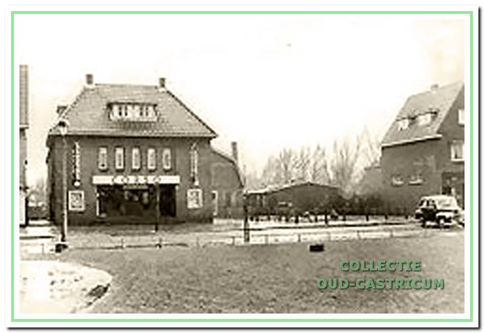 Na het afbranden van het distributiekantoor in 1944 kwam het terrein tussen Corso en Louman braak te liggen. Tijdelijk hebben hier gebouwtjes gestaan, zoals deze foto uit circa 1955 laat zien. De gebouwtjes waren als kleuterschool en voor de scouting in gebruik.