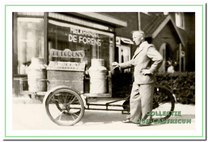 Gerard Kaandorp voor zijn melkwinkel De Forens aan de van Egmondstraat/hoek Brakenburgstraat.