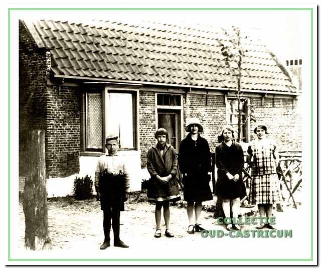 Het huis van Willem Schermer (zie 21). Voor het huis v.l.n.r. Theo, Dieuwertje, Johanna, Wilhelmina en Geertruida Schermer. Hiervan waren Dieuwertje en Johanna kinderen van Dirk en de overigen van broer Willem Schermer.