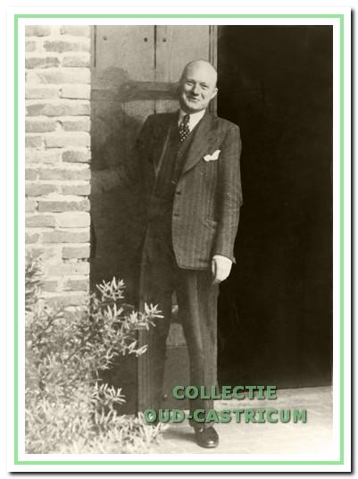 Dokter Leenaers voor de deur van de abdij van Egmond.