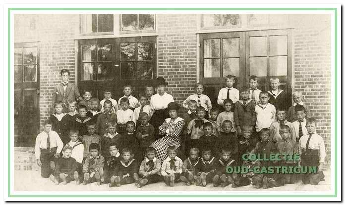 Edmund en Leo (op de voorste rij met strikken) kwamen in 1920 op de Augustinusschool.