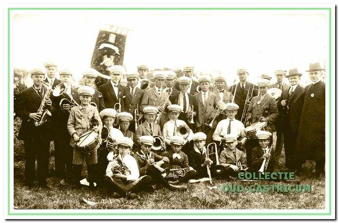In 1923 werd E.M.M. omgedoopt in het jongerenkorps 'St. Aloysius'. Naar voorbeeld van een jeugdkorps uit Alkmaar werden er witte petten aangeschaft, die men nog jaren bleef dragen.