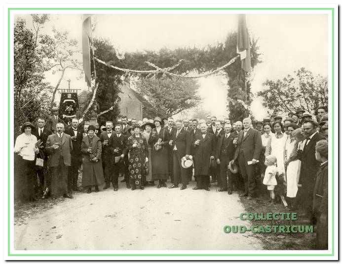 Van de opening in 1925 van het laatste deel van de Zeeweg tot aan het strand werd een groot feest gemaakt. Op de voorgrond met hoed in de hand burgemeester Lommen en rechts oud-burgemeester Mooij.
