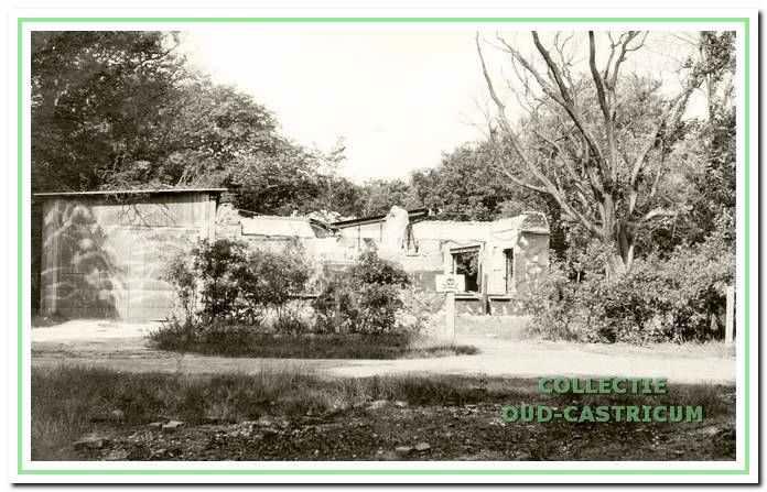 Restanten van het theehuis na de brand in 1945.