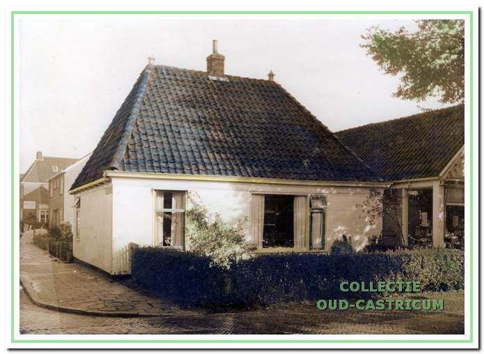 Het 'witte huis' van Coba Brandjes, voorheen het woonhuis van de familie Kabel (nr 11), rechts nog een glimp van drogisterij Portegies vóór de verbouwing in 1965.