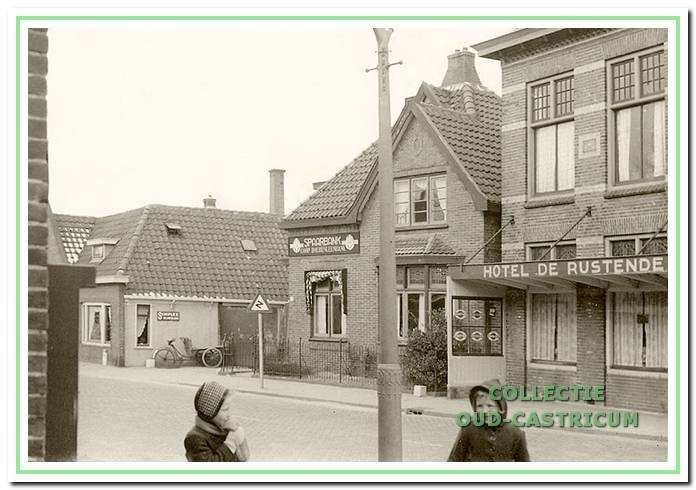Dorpsstraat 56, 58, 60, 62: Hotel De Rustende Jager met in het midden de Co-op Boerenleenbank. Links de smederij van Cor Peperkamp.