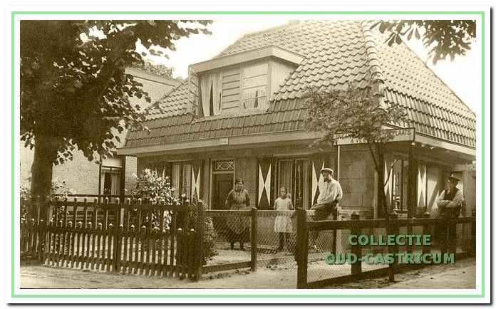 De familie Veenstra in 1928 poserend voor het opgeknapte huis, Dorpsstraat 47.