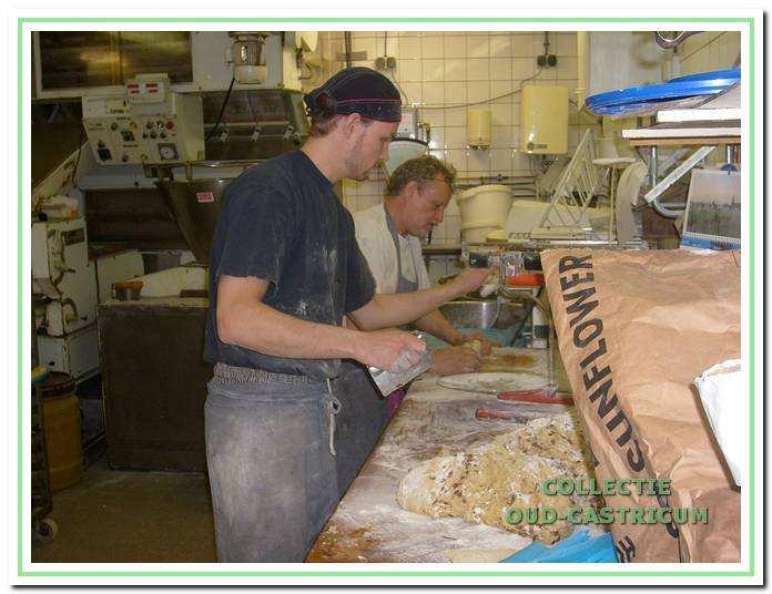 Vader en zoon Brakenhoff bewerken het deeg.