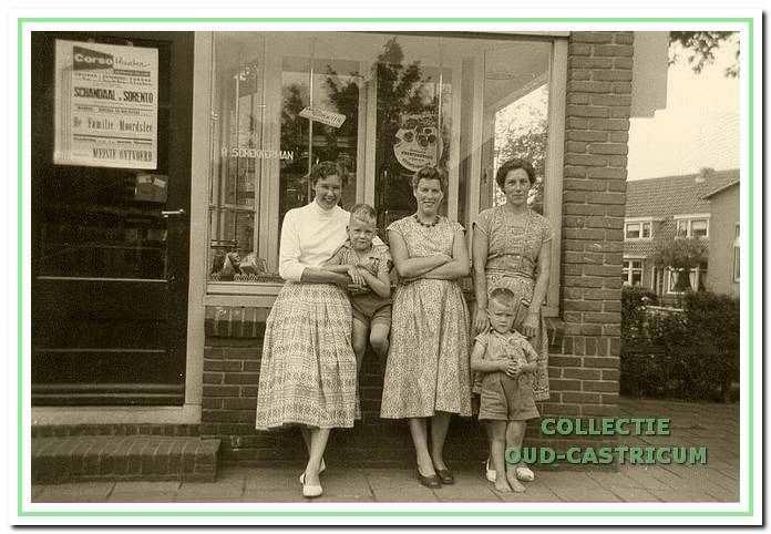 Voor de bakkerswinkel van Schekkerman in 1957.