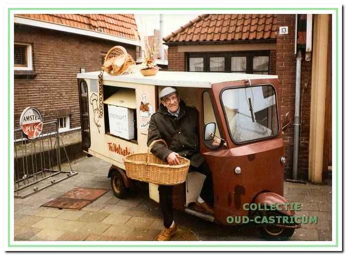 Theo Velzeboer in zijn bezorgwagentje in 1982. Tot de (negentien)zeventiger jaren werd er nog heel veel bezorgd, eerst met een handkar of bakfiets, wat later kwamen er bestelwagens en elektrokarren.