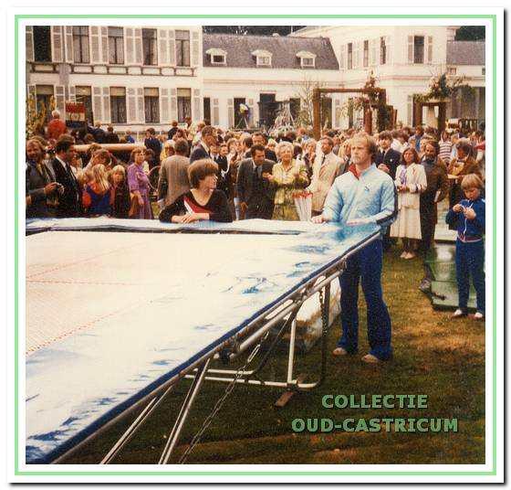 Demonstratie trampolinespringen op 31 mei 1980 in de paleistuin van Soestdijk.