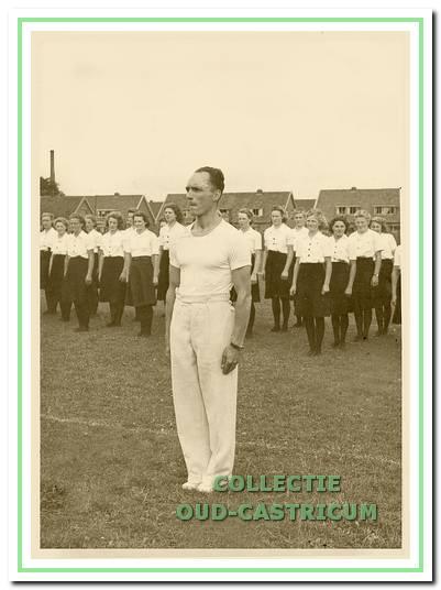 Oefeningen op het Vitesse-terrein in 1941. Op de voorgrond: trainer Jan de Goede, die in 1935 een damesafdeling oprichtte.