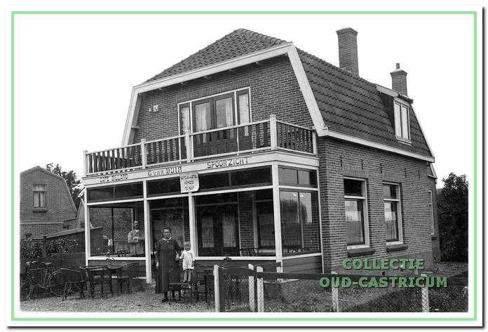 De eerste eigenaar van Café Spoorzicht was Cees van Duin. Hij werd opgevolgd door Bal Lute, bijgenaamd 'Kouwe Bal'.