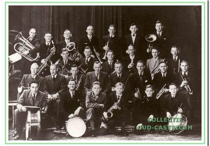 De muzikanten van Aloysius in 1947. V.l.n.r. achterste rij: Joop Hageman, Dirk Stuifbergen, Nardus Lute, Cor Kuijs, Kees de Wit, Jan Meijer en Willem Borst; tweede rij: Jan Zonneveld, Cor Res, Freek Stuifbergen, Henk Brakenhoff, Piet Kuijs en Niek Kuijs; derde rij: Bank Bakker, Willem Breetveld, Jan Kuijs, Piet Res, dirigent Bruské, Cor van Weenen, Willem Kaandorp en Theo Beentjes; eerste rij: Cor Stuifbergen, Floor de Groot, Gerard Brakenhoff, Piet Oudhoff, Jan Deen en Wim de Ruijter.