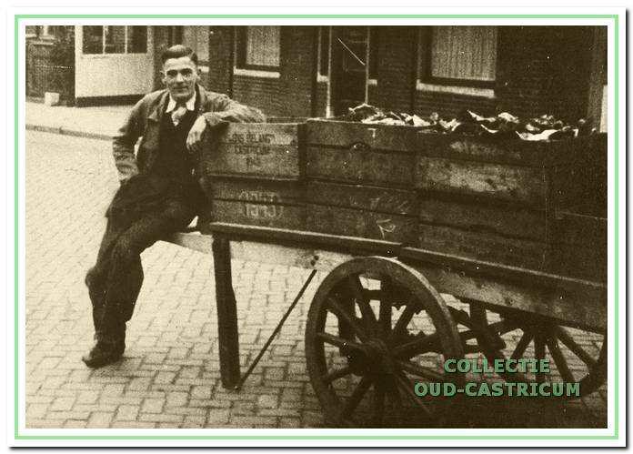 Bertus Beentjes met handkar voor De Rustende Jager in de Dorpsstraat in 1938.