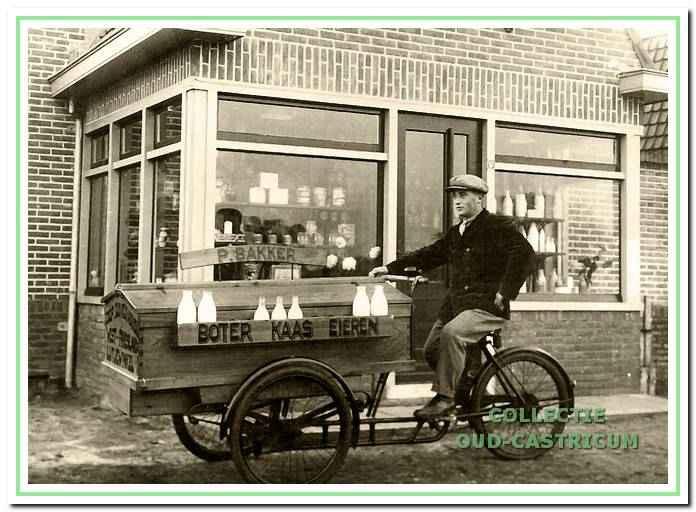 Piet Bakker voor zijn melkwinkel aan Schoutenbosch 57.