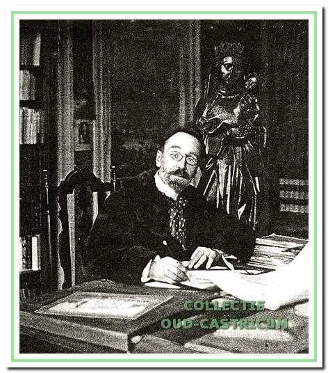 De buitengewoon werklustige Jan Stuyt aan zijn bureau.