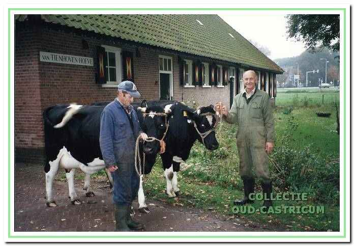 Nico en Siem Mooij bij de boerderij omstreeks 1997.