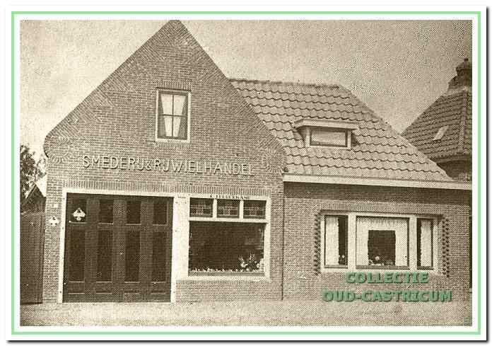Het pand van Peperkamp, Dorpsstraat 58, na een ingrijpende verbouwing in 1935. Volgens het opschrift op de gevel is het nu een 'SMEDERIJ & RIJWIELHANDEL'.