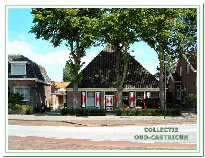 Recente foto van de boerderij Dorpsstraat 11, nadat werd gestopt met de verkoopactiviteiten van planten en tuinartikelen.