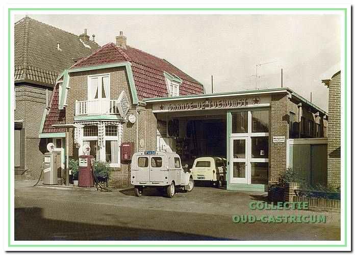 Garage De Toekomst met Caltex-benzinepompen.