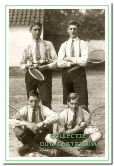 Vier personen op de tennisbaan.