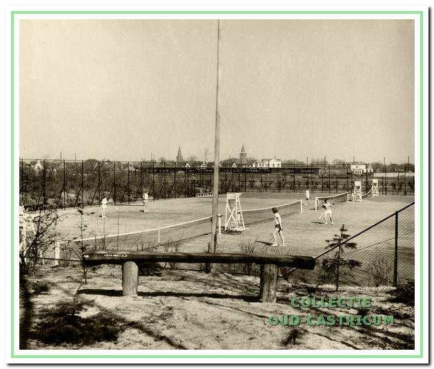 Het nieuwe tennispark van TC Bakkum naast de begraafplaats Onderlangs.