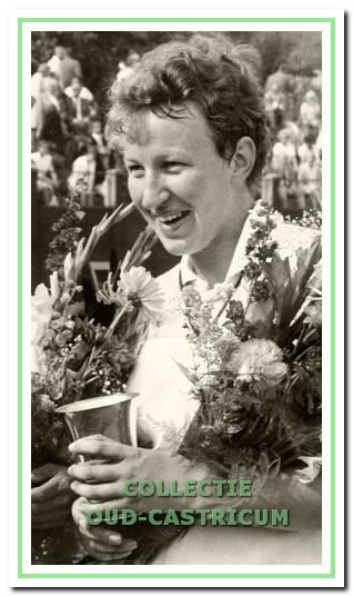 Tine Zwaan na het behalen van de Nederlandse titel in het damesdubbel in 1967.
