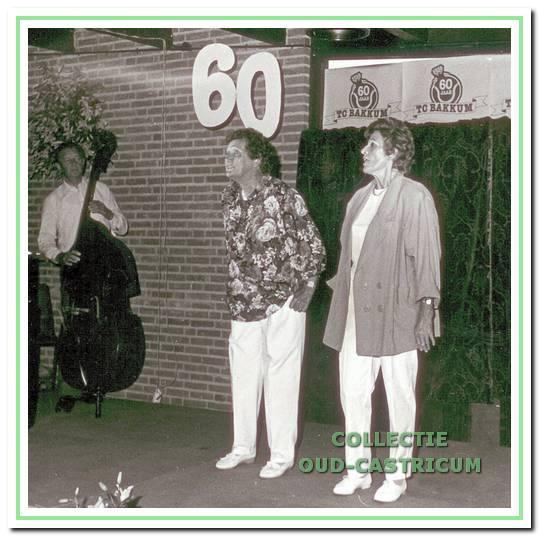 Het befaamde cabaretduo Coos Joosse en Loes van Keeken trad op in de feestweek ter viering van het 60-jarig bestaan in juni 1986.