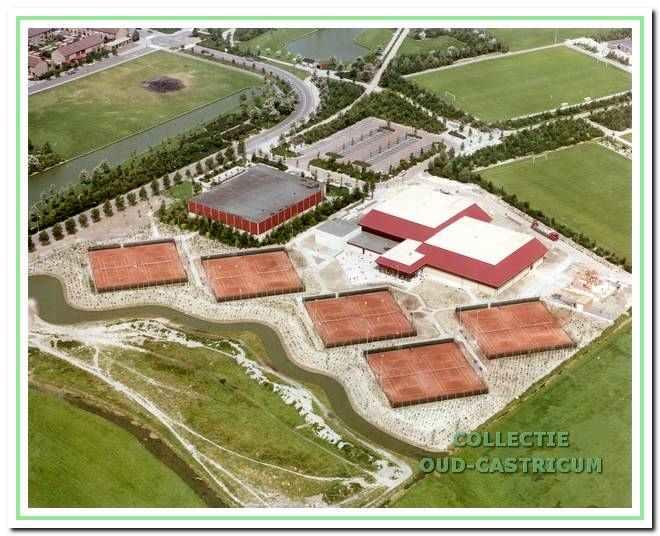 Luchtfoto van de aanleg van het nieuwe tenniscomplex in Noord-End.