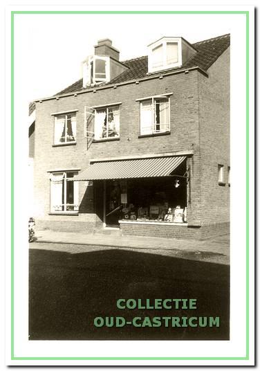 Foto uit ca. 1960 van het nieuwe pand van Jan Castricum, Dorpsstraat 48, gebouwd in 1955.