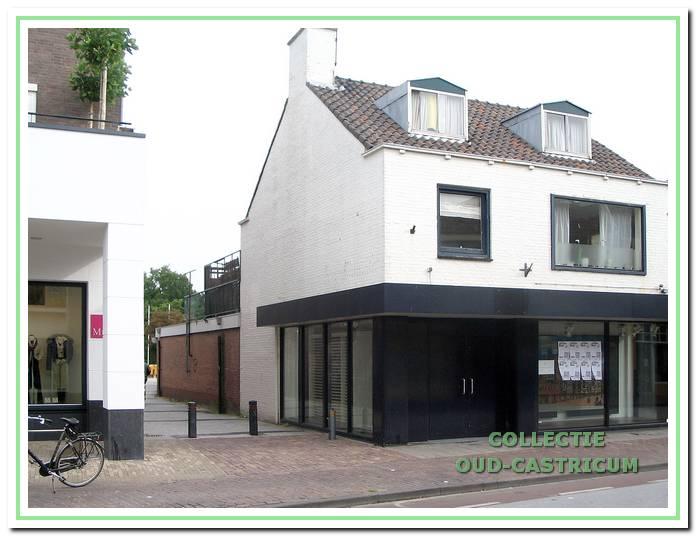 Foto van het pand waarin Jan Mul in 1969 zijn herenmodezaak begon, kort voor de sloop in 2007. In dat jaar verhuisde de modezaak, inmiddels Mull Mode met als eigenaar Marco van Hall naar het nieuwe pand, waarvan een klein gedeelte links op de foto zichtbaar is.