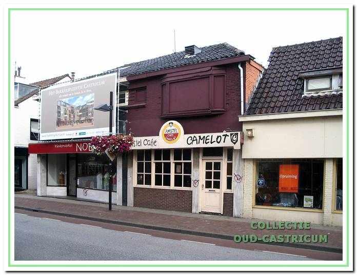 Het 'dubbelpand' Dorpsstraat 50/52, door Hemmer gebouwd in 1927, kort voor de sloop in 2007. Op nummer 50 was toen kinderkledingzaak Noes gevestigd en op 52 café Camelot. De sloop vond plaats in het kader van een nieuw bebouwingsplan Bakkersplein, waarvan een groot doek aan de voorgevel van Noes een indruk geeft.