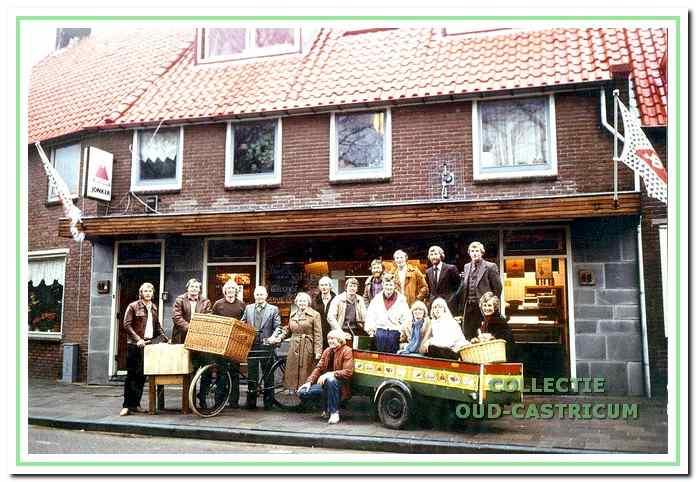 Het volledige gezin Jonker voor de zaak aan de Bakkummerstraat begin jaren 1980.