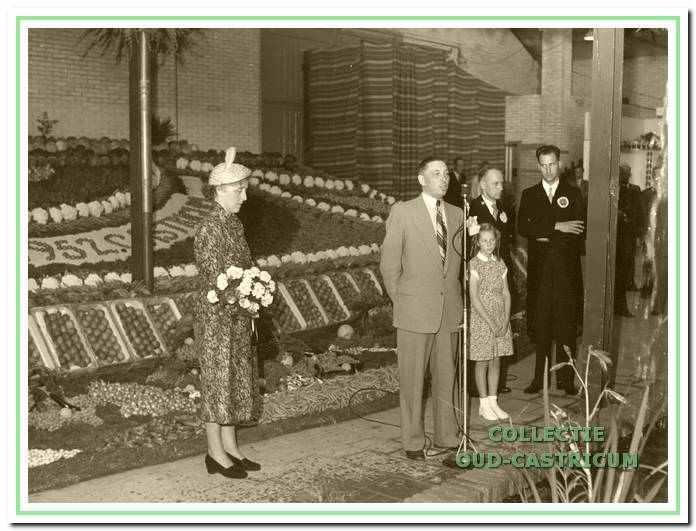 Burgemeester Smeets bij zijn openingsrede. Op de achtergrond een gedeelte van de landbouwtentoonstelling.