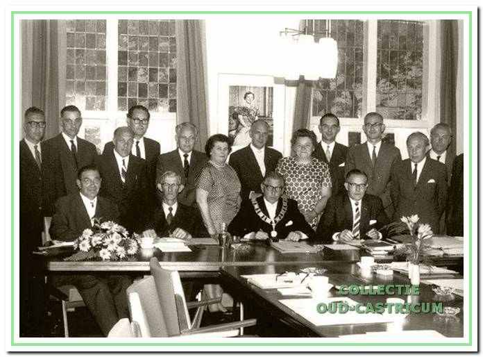 Foto van de in 1962 gekozen gemeenteraad genomen kort na de installatie in september.