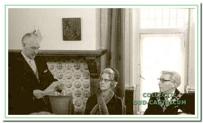 Wethouder en loco-burgemeester Hendrikse voert het woord tijdens een buitengewone raadsvergadering op 29 november 1968 ter gelegenheid van het afscheid van burgemeester Smeets.