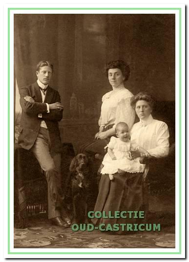 Cornelia (Corry) van Geffen - Lommen met op schoot haar dochter Catharina Geertruida (Toos) van Geffen. Daarachter haar stiefmoeder Cateau Lommen-Sauveur en links haar broer Piet Lommen en de hond Castor. De foto dateert uit 1908, toen Piet Lommen 23 jaar was.