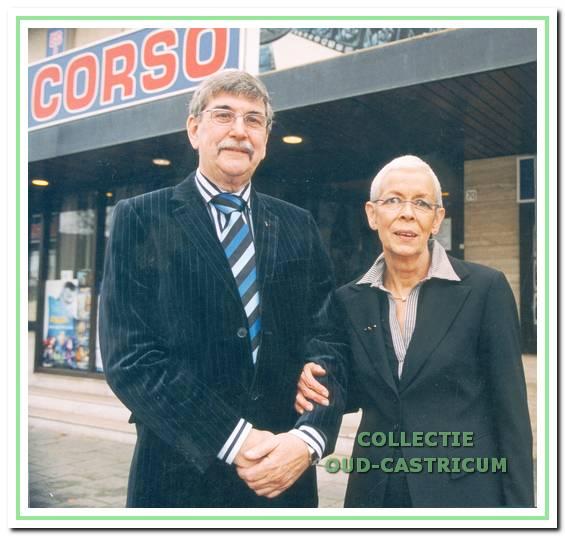 Piet en Jenny Bettink voor het theater.