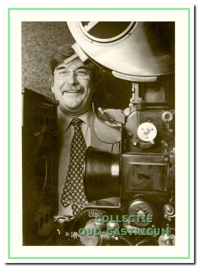 Piet Bettink bij de filmprojector.