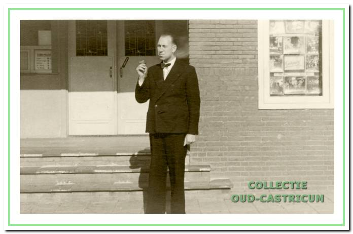 Roland Wefers Bettink (1904-1977) neemt nog even een trekje van zijn sigaret voor hij de filmcabine weer induikt.