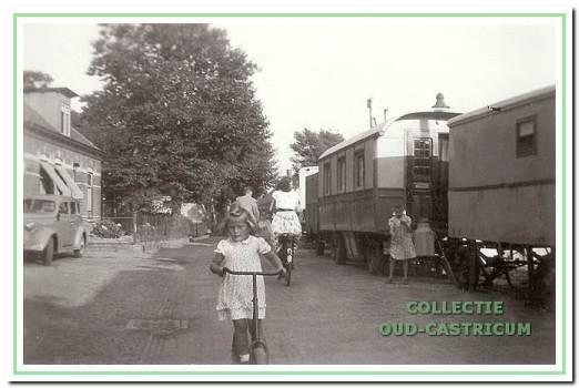 De woonwagens van de kermisexploitanten aan de Overtoom naast het kermisterrein in 1949.