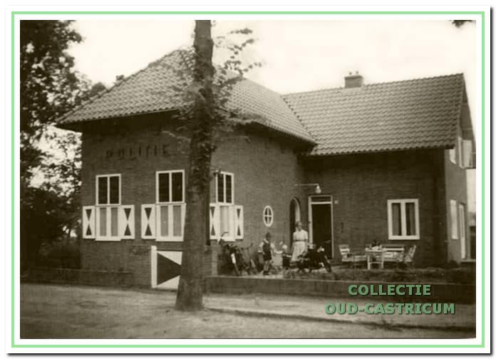 De nieuwe politiepost aan de Van Oldenbarneveldweg kwam rond 1939 gereed.