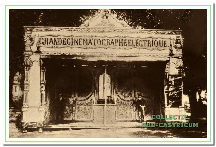 Kinematograaf van de firma Schinkel. De reizende bioscoop had houten klapstoelen. De stoelen op het balkon waren met rood pluche bekleed. De begeleiding van de stomme films vond plaats op de pianino, een kruising tussen piano en orgel.