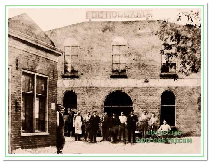 De Stoomzuivelfabriek De Holland gezien vanaf de Schoolstraat. De oprichters en personeel staan ook op de foto. De man met het witte voorschoot is de eerste directeur Hans Gerrits.