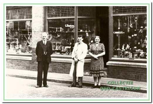 Cor Brandjes, Maria Res en zoon Niek voor het in 1930 gebouwde winkelpand Dorpsstraat 61.