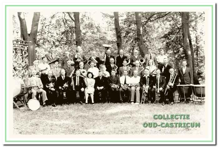 Het fanfarekorps van D.I.U. rond 1950, toen er nog regelmatig prijzen werden behaald en men zelfs terugkeerde naar de 'Ere-afdeling'. V.l.n.r. achterste rij: Cor Stolk, Jan Zandbergen, Jan Tervoort, Icke, Jan van Egmond, M. van der Born, Gerrit van der Wolff, Joop Boot en Jan Ronk; tweede rij: Joop van Elven, Hilbrand de Kruyff, Dick Icke, Lambert de Winter, Victor Kijzers, George Jacobs, Gerrit Ronk jr. Jan le Noble, Gerrit Ronk sr, Jan van der Wolff, Henny Jacobs, Willem van der Pol en Jan Witbaard; eerste rij: Gerrit van der Born, P. Oskam, Wijnand Oskam, Wim Jacobs, Greet van der Pol, Anton de Vries (dirigent), Maarten Sloof, Jan Rentenaar, Ab van Duin, Gerrit Bedeke, Wub van Weenen en Piet de Baat.